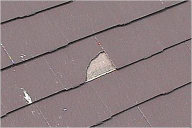 隣りの⽡がお客様の屋根に⾶来し、⽡・外壁に影響を受けた