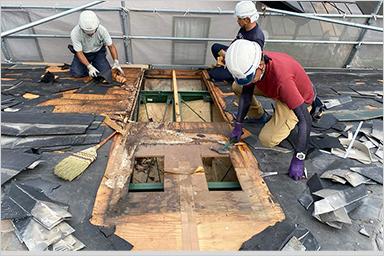 屋根からの雨漏りにより漏水し、野地板や垂木が腐食してしまいシロアリも発生する恐れがあります。